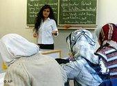Schülerinnen mit Kopftuch in einer französischen Schule, Foto: AP