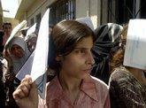 Irakerin wartet vor der Passbehörde in Bagdad, Foto: AP