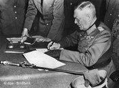 Der Oberkommandierende der Wehrmacht, Wilhelm Keitel, unterzeichnet die Kapitulationsurkunde am 8. Mai; Foto: dpa
