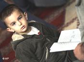 Junge mit Koran; Foto: AP