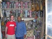 Der Drummer Christian Thome in einem Laden für Musikinstrumente in Kairo; Foto: Udo Moll