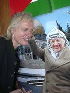 Raimund Kroboth vor einem Plakat mit Jassir Arafat; Foto: Udo Moll