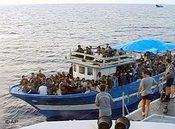Schiff mit 300 Flüchtlingen vor Lampedusa; Foto: AP