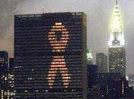 AIDS-Schleife am UN-Gebäude in New York; Foto: AP