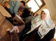 Ägypterin an einer Wahlurne in Kairo, Foto: AP