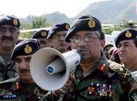 Pakistans Präsident General Pervez Musharraf spricht zu Erdbebenopfern in Muzaffarabad, Foto: AP