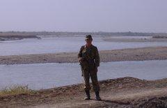 Tadschikischer Soldat am Fluss Pjanj, Foto: Tobias Asmuth