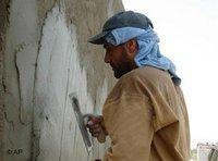 Maurer im Irak verputzt die Mauer einer Schule; Foto: AP