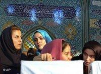 Iranerinnen bei der Stimmabgabe während der letzten Präsidentschaftswahlen, Foto: AP