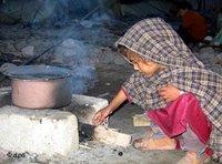 ind an einer offenen Feuerstelle nach dem schweren Erdbeben im pakistanischen Teil Kaschmirs, Foto: dpa