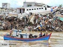 Boot vor zerstörtem Hafen nach dem Tsunami in Banda Aceh, Foto: dpa