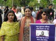 Monira Rahman mit zwei Säureopfern in Dhaka 2006, Foto: DW
