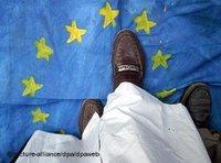 Demonstranten in Karatschi trampeln auf Fahne der EU-Staatengemeinschaft, Foto: dpa