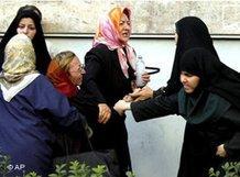 Frauen Protestaktion für mehr Verfassungsrechte im Iran am 12.06.2005 vor der Universität Teheran, Foto: dpa