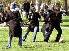 Junge iranische Frauen spielen im Laleh Park in Teheran Fußball, Foto: AP