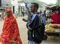 Bewaffneter Mann auf einem somalischen Markt, Foto: AP