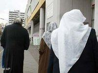 Türkische Musliminnen am Kottbusser Tor in Berlin; Foto: AP