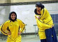 Vor dem Anpfiff - Frauen beim Fußballtraining im Iran; Foto: AP