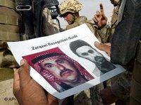 US-Soldaten blicken auf ein Fahndungsfoto auf dem al-Sarkawi abgebildet ist; Foto: AP