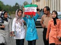 Iranische Fußballfans mit der iranischen Nationalflagge; Foto: AP