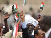 Anhänger der Sudanesischen Befreiungsbewegung halten SPLM-Fahnen in den Händen, Foto: AP