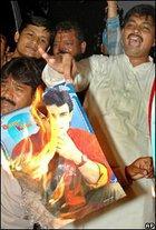 Indische Männer verbrennen ein Poster, auf dem der Schauspieler Aamir Khan abgebildet ist; Foto: AP