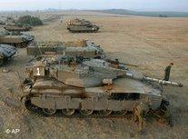 Israelische Panzer an der Grenze zum Gaza-Streifen; Foto: AP