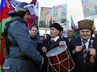 Demonstration während der Präsidentschaftswahlen in Aserbaidschan; Foto: AP