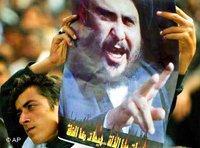 Ein Anhänger des schiitischen Predigers Muktada al-Sadr auf einer Demonstration im Irak