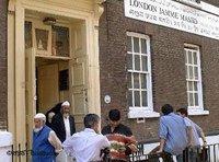 Muslime vor einer Londoner Moschee; Foto: dpa