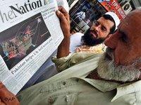 Zeitungslesende Pakistaner in England; Foto: AP