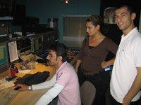 Redakteure und Techniker von Düzgün TV im Regieraum; Foto: Petra Tabeling