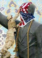 Ein US-amerikanischer Soldat bedeckt die Statue Saddam Hussains mit einer amerikanischen Flagge; Foto: AP
