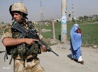Britischer Nato-Soldat auf Patrouille in Kabul im Juli 2006; Foto: AP