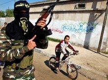 Bewaffneter Islamist in Gaza-Stadt bei Beerdigungsprozession des Islamischen-Jihad-Führers Aziz Shami; Foto: AP