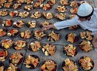Schüsseln mit Früchten für ein gemeinsames Fastenbrechen in Karachi, Pakistan; Foto: