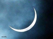 Aufgehender Mond; Foto: dpa