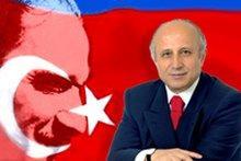 Yasar Nuri Öztürk mit Kemal Atatürk im Hintergrund; Foto: www.hyp.org.tr