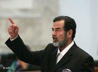 Saddam Hussein reagiert auf sein Todesurteil vor dem Obersten Gerichtshof in Bagdad, Foto: AP