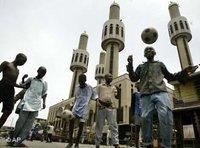 Jugendliche spielen Fußball vor einer Moschee in Lagos; Foto: AP