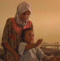 Sari und seine Mutter, Filmausschnitt; © www.iraqinfragments.com