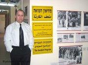 Chaled Kassab Mahameed im ersten arabischen Holocaust-Museum in der Stadt Nazareth; Foto: dpa