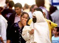 Eine verschleierte Frau neben ihrer unverschleierten Tochter in Essaouira, Marokko; Foto: AP