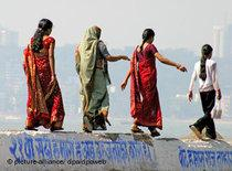 Vier Inderinnen auf einem Spaziergang in Bombay; Foto: dpa