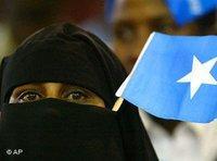 Verschleierte Somalierin mit Fahne; Foto: AP
