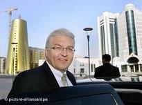 Bundesaußenminister Steinmeier in Astana vor neuerbauten regierungsgebäuden; Foto: dpa