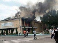 Brennendes Theater, bewaffnete Demonstranten in der Innenstadt von Andischan; Foto AP