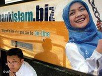 Kinder vor Werbetafel einer islamischen Bank in Malaysia; Foto: AP