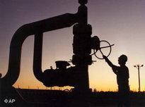Arbeiter vor Erdölraffinerie; Foto: AP