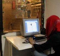 Frau im Internetcafé; Foto: AP